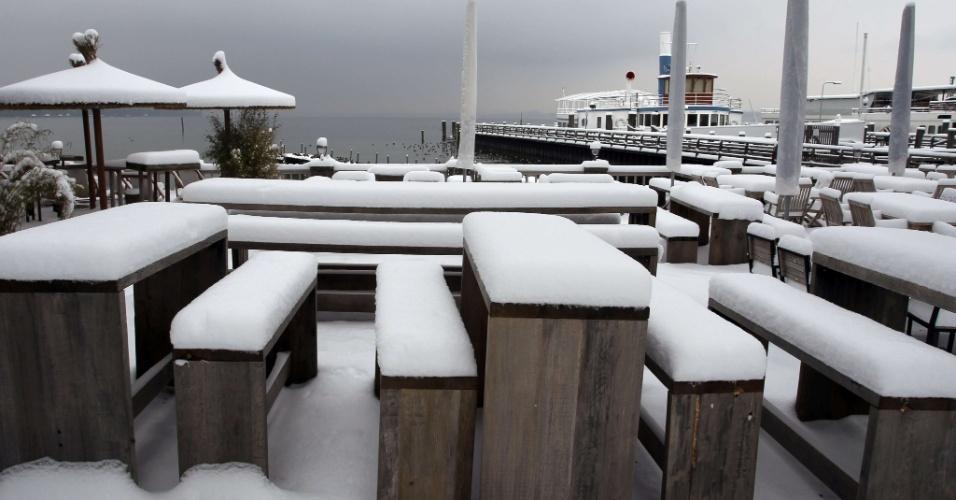 """18.jan.2013 - Mesas e cadeiras de um """"jardim da cerveja"""" são cobertas com uma grossa camada de neve perto Stegen, no sul da Alemanha, nesta sexta-feira (18)"""