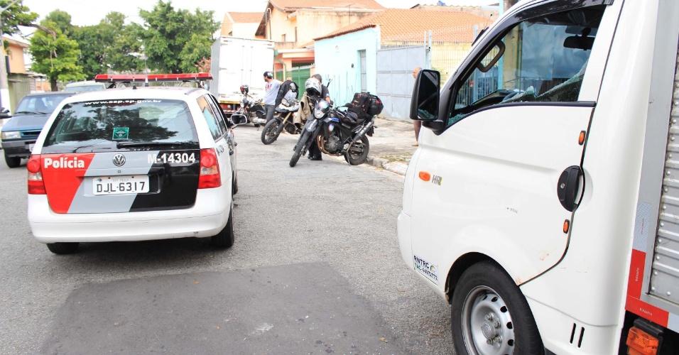 18.jan.2013 - Motorista é baleado na cabeça na rua Manuel Deodoro da Fonseca, no bairro Quitaúna, em Osasco (SP), na manhã desta sexta-feira (18). A vítima faria uma entrega em um mercado da região quando foi abordado por uma moto. O motorista foi socorrido por moradores e por uma enfermeira que trabalha em uma casa de repouso em frente ao local. O tiro foi de raspão e ele estava consciente até a chegada dos policiais