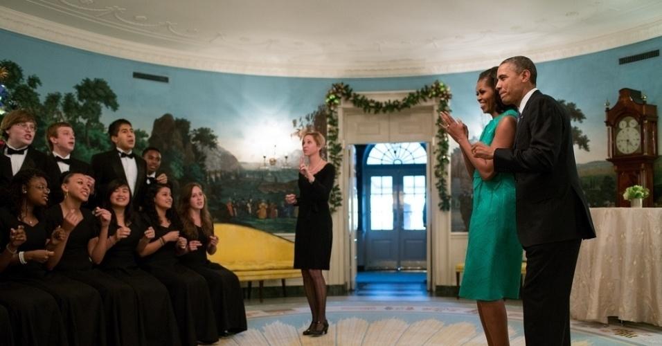 18.jan.2013 - O presidente dos Estados Unidos, Barack Obama, e a primeira-dama, Michelle Obama, se encontram com  integrantes do colégio secundário Seneca Valley. A imagem foi tirada em 5 de dezembro de 2012