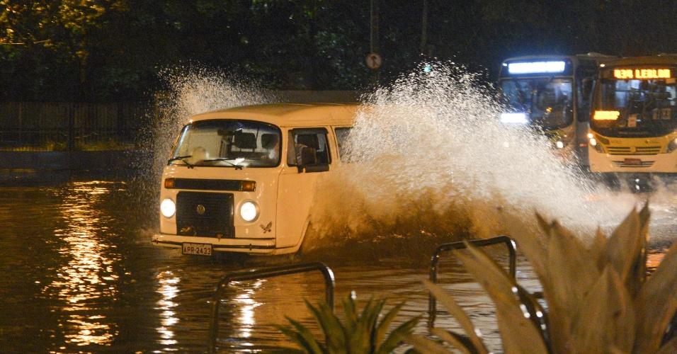 18.jan.2013 - Pontos de alagamento são registrados na Tijuca, no Rio de Janeiro, depois que fortes chuvas atingiram a região