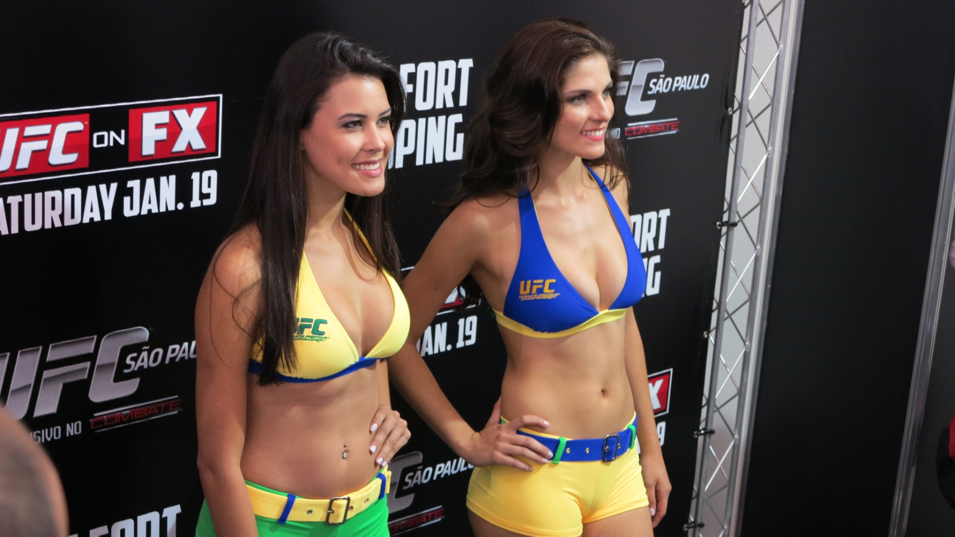 18.jan.2013 - Primeiras ring girls brasileiras da histria do UFC, Camila Oliveira (e) e Aline Frazoi foram apresentadas nesta sexta