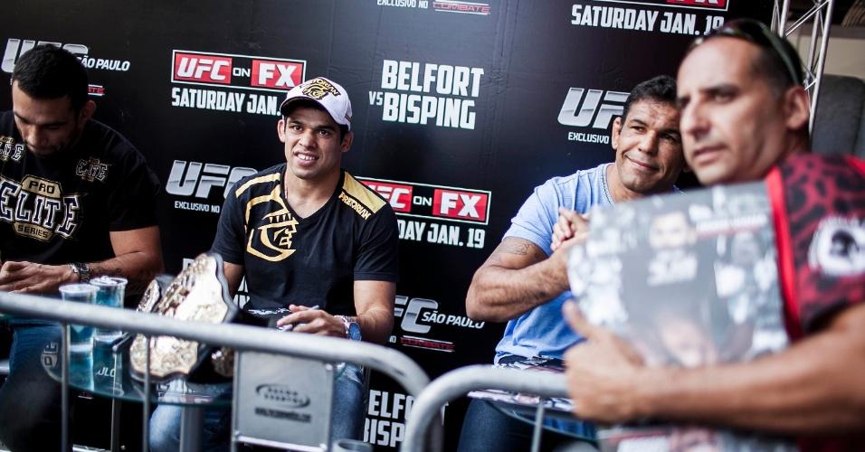 18.jan.2013 - Renan Barão (esq.) e Rodrigo Minutauro atendem pedidos dos fãs antes da pesagem dos atletas que disputarão o UFC SP, no sábado, no ginásio do Ibirapuera