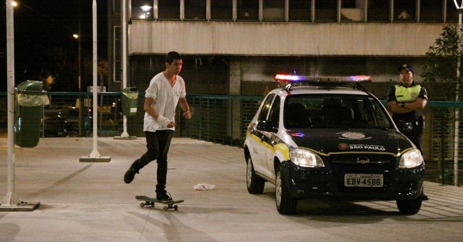 18.jan.2013 - Skatistas andam próximo a agentes da Guarda Civil Metropolitana na praça Franklin Roosevelt, na área central de São Paulo. Por causa do barulho, agentes estão proibindo skatistas de circularem no local após às 23h. Outras práticas, como patins e bicicletas, ainda são permitidas