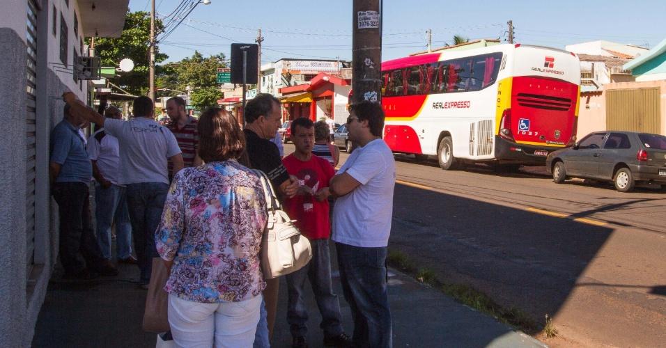 18.jan.2013 - Um ônibus da Real Expresso que fazia a linha Brasília à Ribeirão Preto (SP) teve todos os passageiros assaltados na divisa de Minas Gerais com a cidade de Igarapava (SP), nesta sexta-feira (18). Segundo o motorista, o assaltante entrou como passageiro, sentou no primeiro banco e anunciou o assalto em Igarapava (SP)