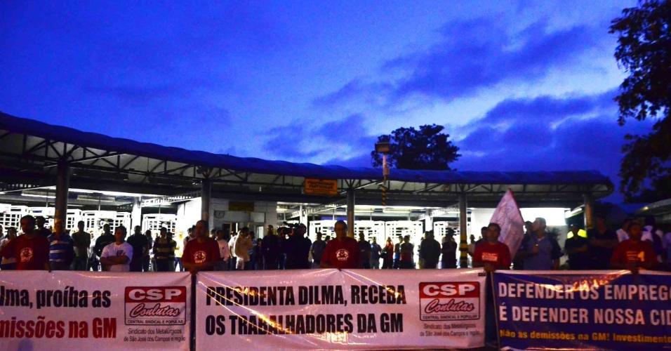 18.jan.2013- Funcionários do primeiro turno da General Motors (GM), em São José dos Campos (SP), fizeram uma paralisação de duas horas em protesto pelas demissões que podem acontecer ainda este mês. Segundo o sindicato, cerca de 1.500 funcionários podem ser demitidos por serem considerados excedentes pela fábrica