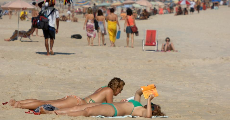 18.jan.2013- Movimentação de cariocas na praia de Ipanema, no Rio de Janeiro, na manhã desta sexta-feira (18), onde a temperatura chegou a 26ºC