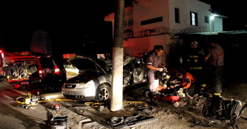 18.jan.2013- Um acidente de trânsito deixou um morto e dois feridos na região de Perus, zona oeste de São Paulo, no fim da noite desta quinta-feira (17). O motorista de um Audi A3 perdeu o controle da direção do veículo e colidiu violentamente contra um poste de iluminação pública. O condutor morreu na hora. Outros dois ocupantes foram levados para o Hospital das Clínicas