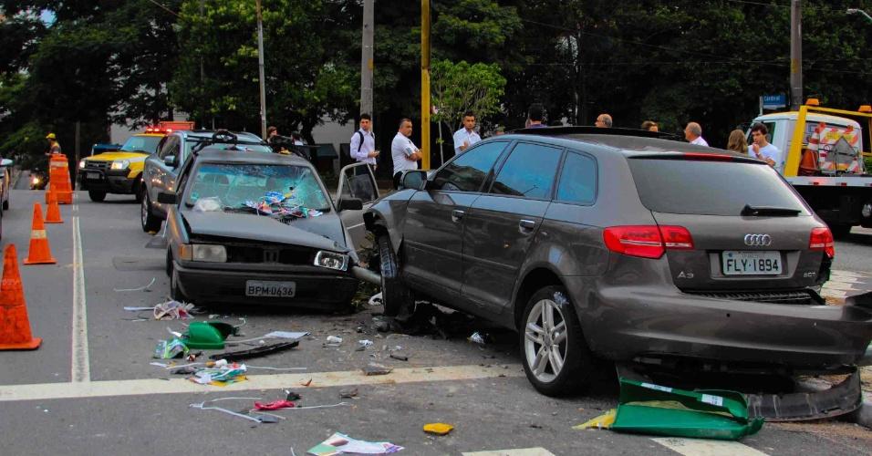 18.jan.2013-  Um carro entrou na contramão em uma rua no bairro de Pinheiros, zona oeste de São Paulo, e bateu em outro que estava estacionado na esquina. Ninguém ficou ferido