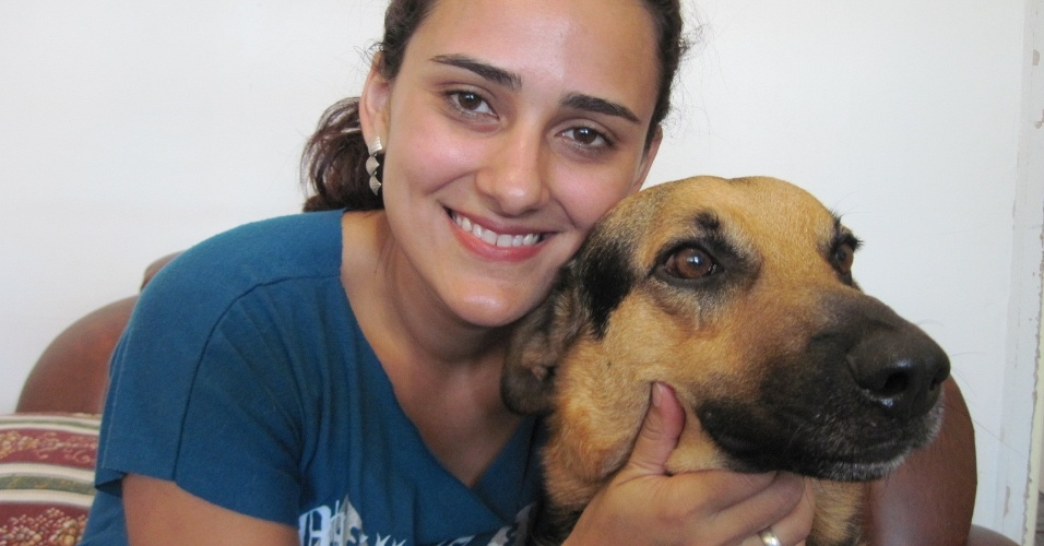 A oficial administrativa Karen Michelle Minchio abraça cachorro Toffe, que ganhou nome de bala após receber tiro em Ribeirão Preto (SP)