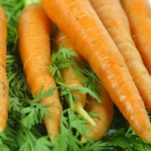 O betacaroteno é um precursor da vitamina A que está presente em alimentos como a cenoura