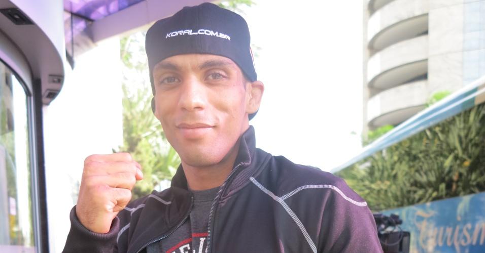 Edson Barboza chega ao hotel dos lutadores em São Paulo comendo macarrão após a pesagem para o UFC SP