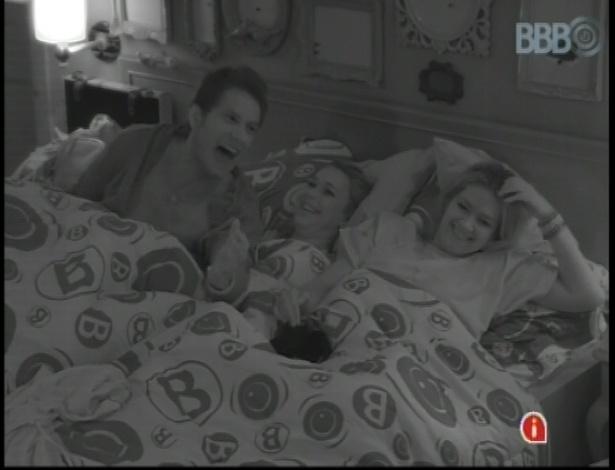 Eliéser, Marien e Fani se divertem ouvindo histórias de terror no quarto brechó