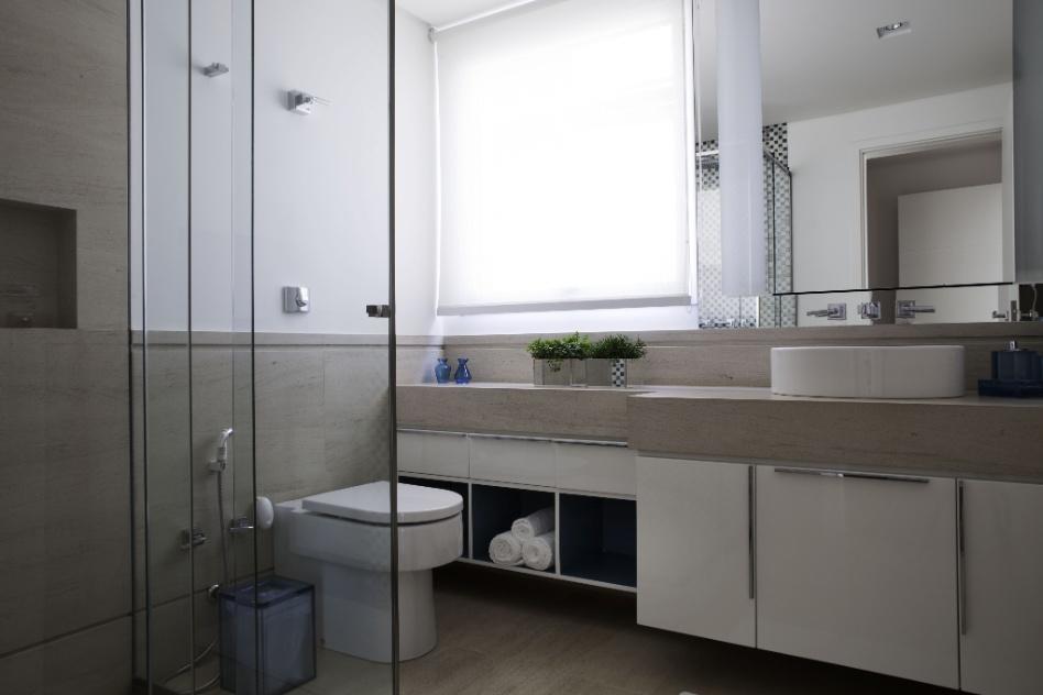 O mobiliário claro e o revestimento em Limestone dão leveza a um dos banheiros da casa em Barueri (SP), decorada por Giseli Koraicho