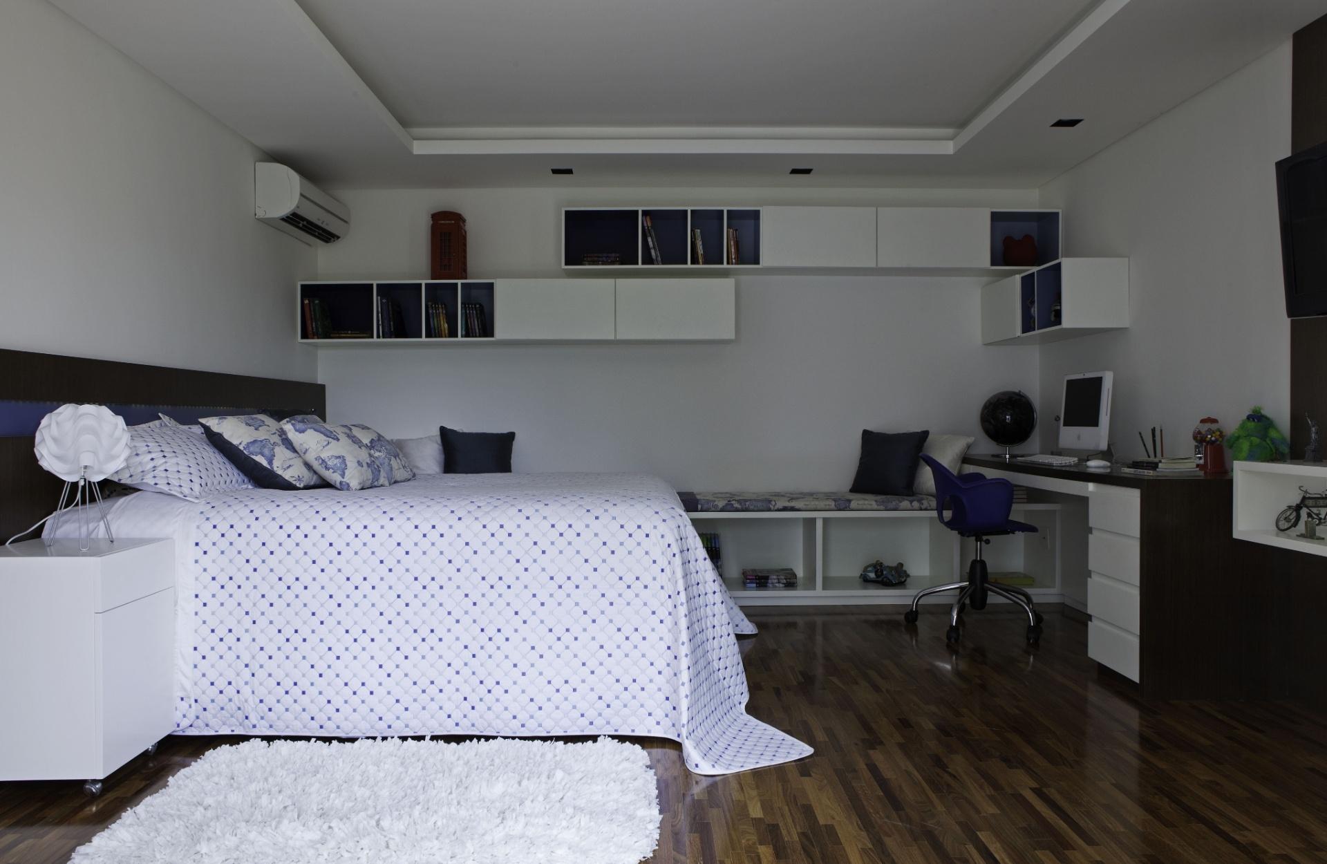 Azul e branco, além de madeira escura e pontos cinza compõem uma das suítes da casa em Barueri (SP), decorada por Giseli Koraicho. No chão, tacos palito em cumaru