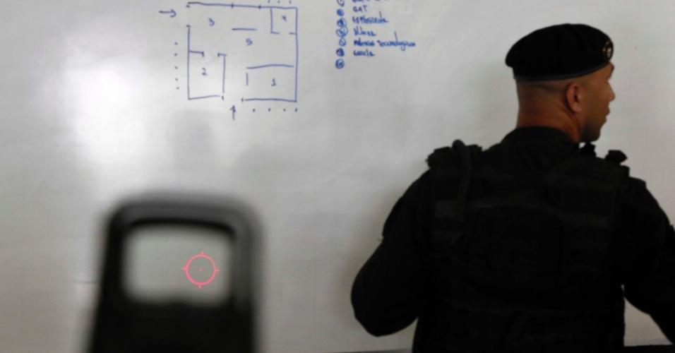 """Policiais do Batalhão de Operações Especiais têm uma área específica para definição de táticas e orientação (procedimento chamado de """"briefing"""")"""