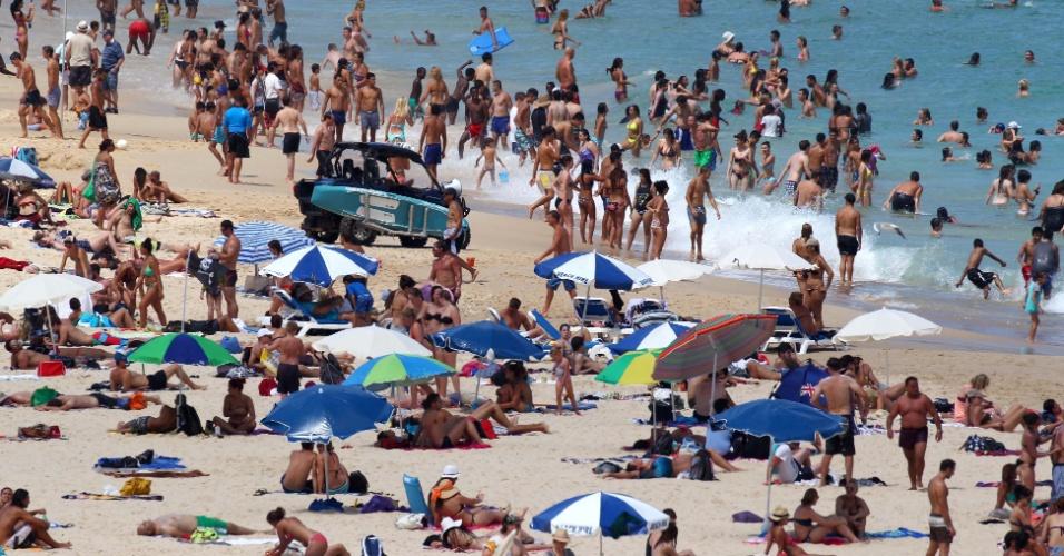 Público aproveita o verão australiano - que tem registrado temperatura de 45ºC - para frequentar a praia de Bondi, uma das mais populares da cidade de Sidney (17/01/2013)