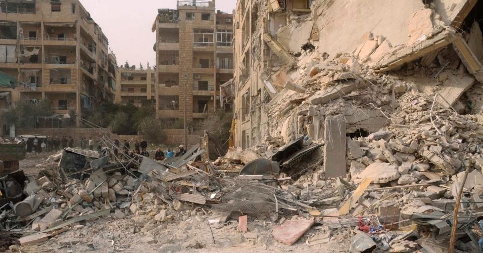 Um franco-atirador matou o jornalista francês de origem belga Yves Debay, em um ataque em Aleppo, no norte da Síria, segundo informou o Observatório Sírio de Direitos Humanos (OSDH). O ataque aconteceu perto da prisão central da cidade onde rebeldes e soldados travam violentos confrontos