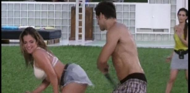 18.jan.2013 - Elieser e Fani se empolgam com os drinks e dançam funk agarrados