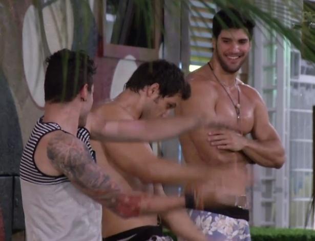 18.jan.2013 - Nasser, Elieser e Marcello se exibem para as mulheres dançando em cima das cadeiras