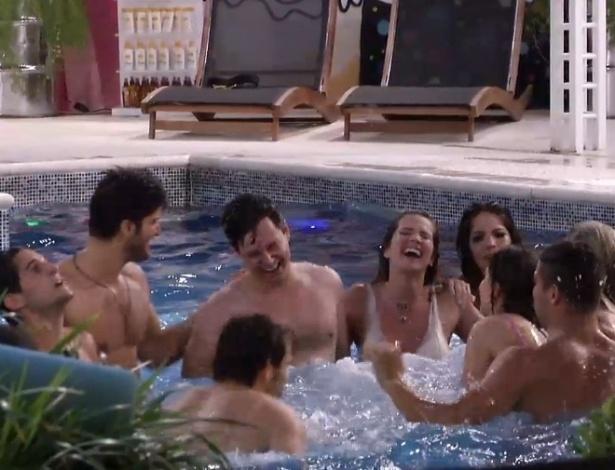 18.jan.2013 -Brothers se jogam na piscina, empolgados com a música e bebidas enviadas pela produção