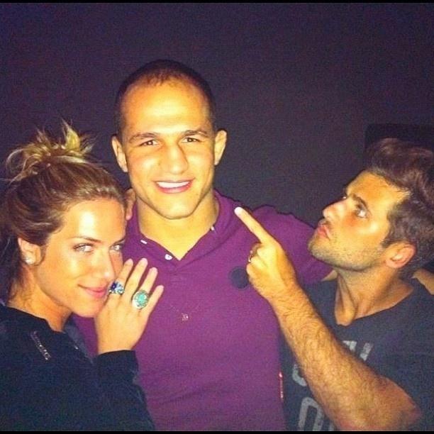 18.jan.2013 O ator Bruno Gagliasso ameaça Junior Cigano em foto que o lutador de MMA aparece abraçado com sua mulher, a atriz Giovanna Ewbank.