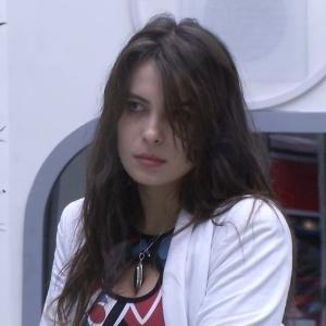 Kamilla tirou a bola vermelha no sorteio e irá disputar a prova do anjo com Yuri e Marcello