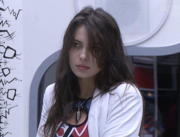 """19.jan.2013 - Kamilla pegou a bola vermelha e disputará a prova do anjo fora da casa do """"BBB13"""""""