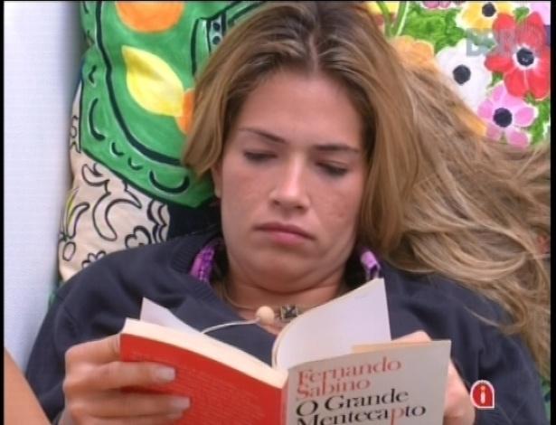 19.jan.2013 - A veterana Fani não conseguiu dormir depois da prova do anjo e lê o romance
