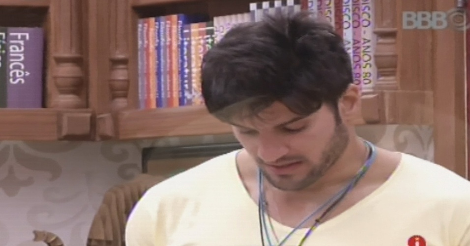 19.jan.2013 - Anjo da semana, Marcello lê a carta que recebeu de sua irmã
