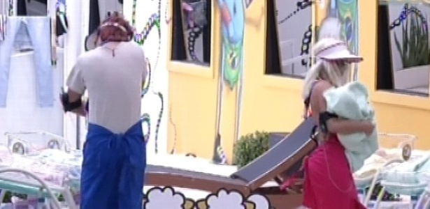 19.jan.2013 - Aslan e Anamara têm que cuidar de bonecos, como se fossem bebês, toda vez que eles choraram