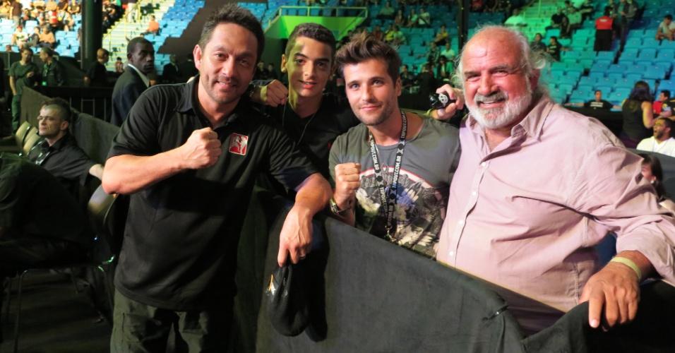 19.jan.2013 - Ator Bruno Gagliasso e árbitro do UFC Mario Yamazaki se encontram antes do UFC São Paulo