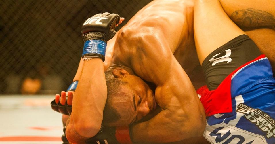19.jan.2013 - Brasileiro Francisco Massaranduba não deu chances para o norte-americano C.J. Keith no UFC São Paulo