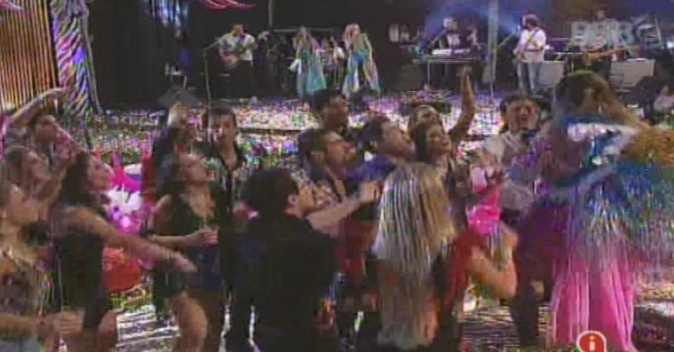 19.jan.2013 - Brothers rodeiam Gaby Amarantos durante o show da cantora