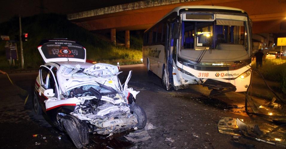 19.jan.2013 - Carro de empresa de segurança particular fica destruído após se chocar contra ônibus em Curitiba
