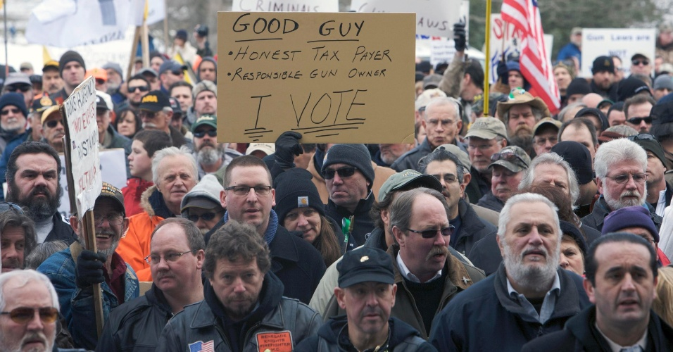 19.jan.2013 - Centenas de americanos realizam manifestação pró-armas em Hartford, no Estado de Connecticut. Os protestos, organizados pela Guns Across America, ocorreram em diversas cidades dos Estados Unidos