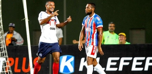 19.jan.2013 - Diones (esq) comemora gol do Bahia sobre o Itabaiana na primeira rodada da Copa do Nordeste