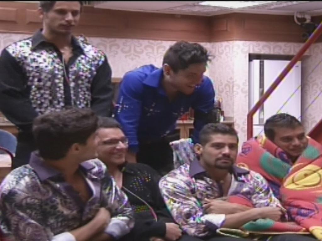 19.jan.2013 - Eliéser, Nasser, André, Ivan, Yuri e Dhomini, já arrumados, aguardam o início da festa deste sábado
