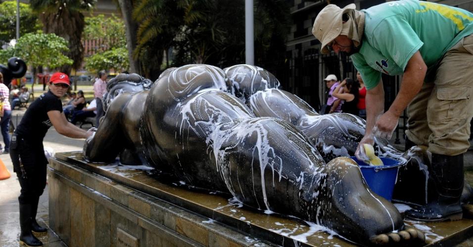 19.jan.2013 - Funcionários do Museu de Antioquia, em Medellín (Colômbia), realizaram neste sábado (19) um mutirão de limpeza de 23 esculturas do artista colombiano Fernando Botero. As obras estão espalhadas em uma praça e foram doadas pelo artista em homenagem à sua cidade natal