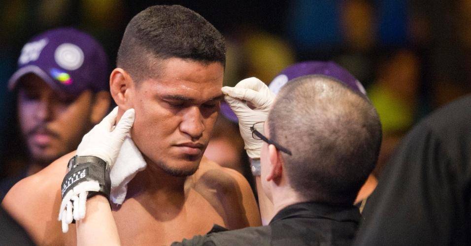 19.jan.2013 - Ildemar Marajó passa pela fiscalização de um dos membros do UFC antes de entrar no octógono