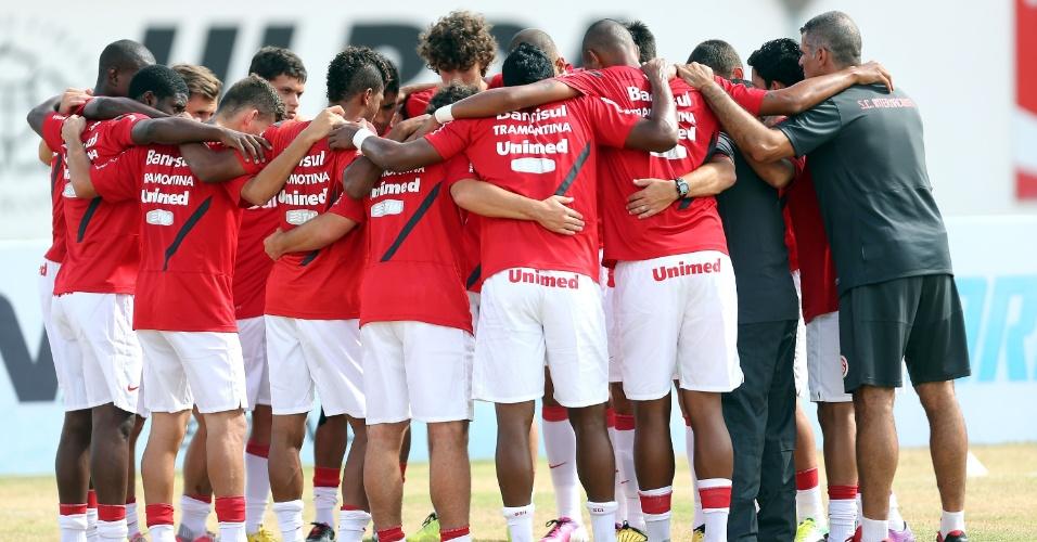 19.jan.2013 - Jogadores do Internacional se abraçam antes do início da partida contra o Passo Fundo, pela primeira rodada do Gauchão 2013