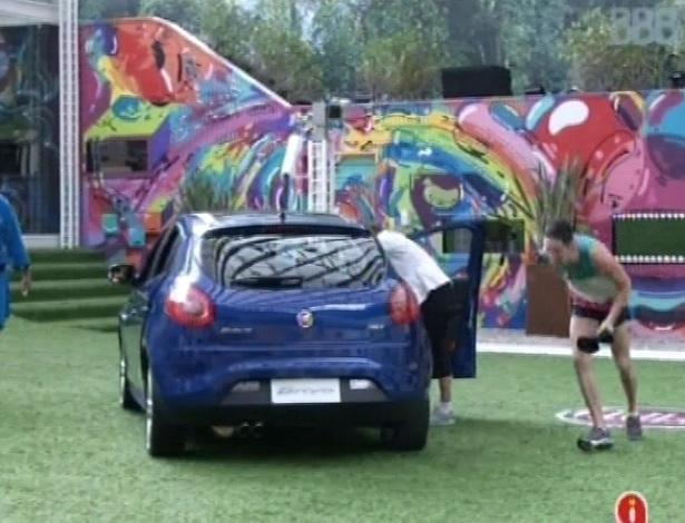 19.jan.2013 - Marcello confere o carro que ganhou após vencer prova do anjo