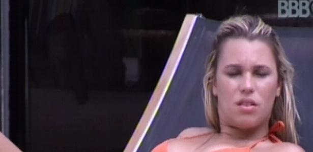 19.jan.2013 - Marien toma sol na beira da piscina após o almoço