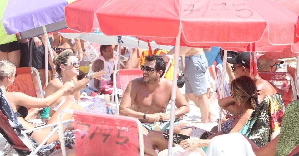 19.jan.2013 - Mirella Santos e Ceará curtem o sábado na Praia do Pepe, Barra da Tijuca