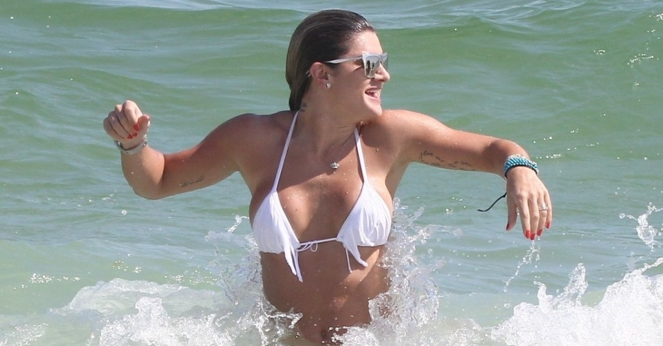19.jan.2013 - Mirella Santos toma banho de mar na Praia do Pepe, Barra da Tijuca