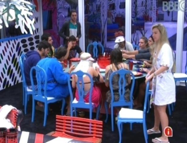 """19.jan.2013 - Participantes do """"BBB13"""" almoçam comida feita por Natália, a cozinheira oficial"""