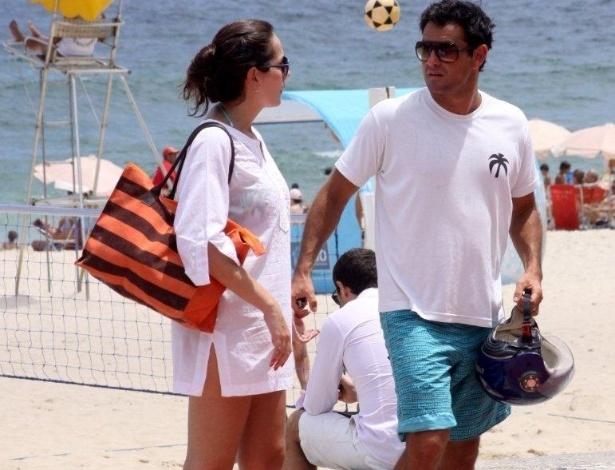19.jan.2013 - Thierry Figueira curte a praia com a namorada