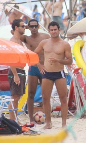 19.jan.2013 - Thierry Figueira curte a praia com a namorada e os amigos