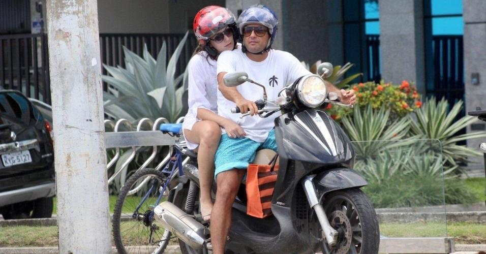 19.jan.2013 - Thierry Figueira deixam praia no Leblon abraçados em moto