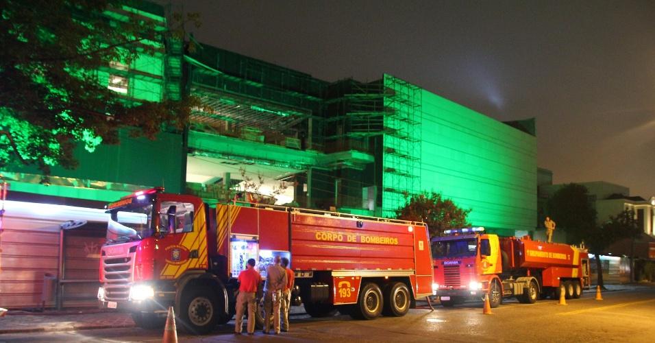 19.jan.2013 - Um incêndio de grandes proporções atingiu o shopping Pátil Batel, que está em construção em Curitiba. O fogo consumiu um estoque de pisos laminados de madeira.