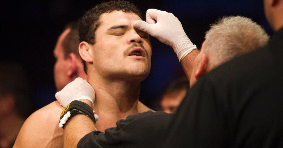 19.jan.2013 - Wagner Caldeirão passa pela fiscalização de um dos membros do UFC antes de entrar no octógono